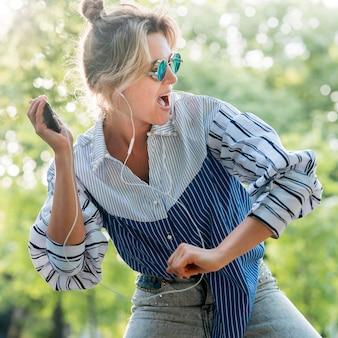 音楽を聴くと踊る女性