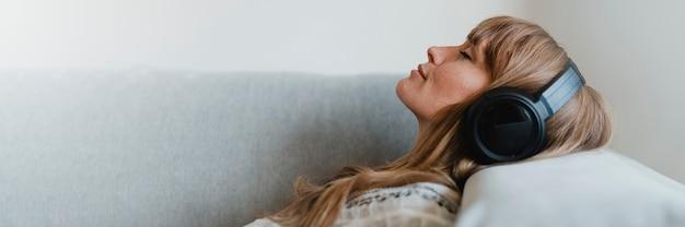 코로나바이러스 전염병 동안 집에서 음악을 듣는 여성