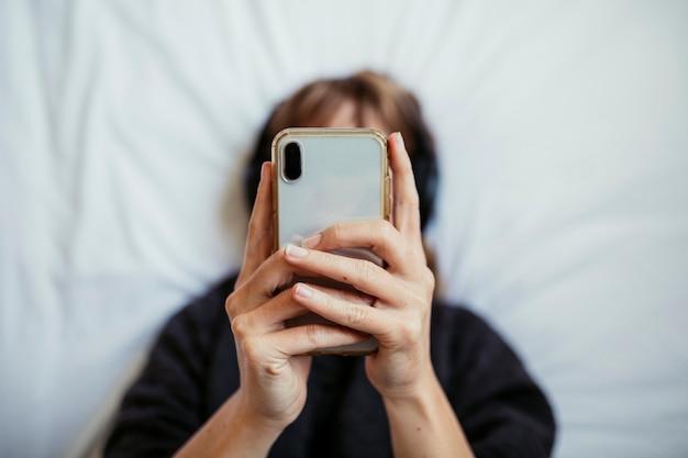 코로나바이러스 격리 기간 동안 음악을 듣는 여성