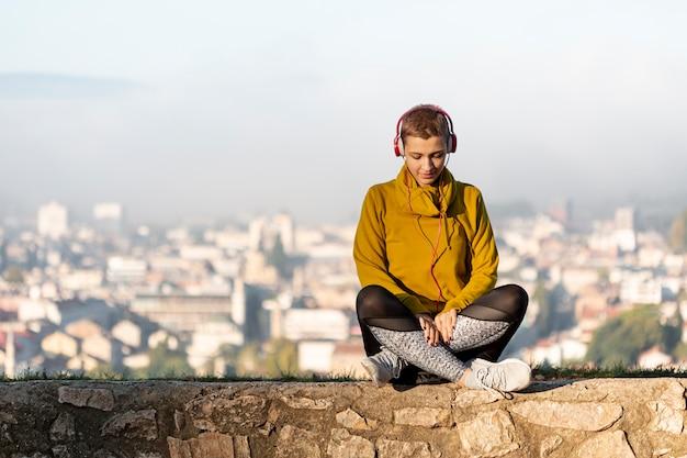 Женщина слушает музыку вид спереди