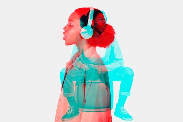 Женщина слушает музыку в эффекте двойной цветовой экспозиции