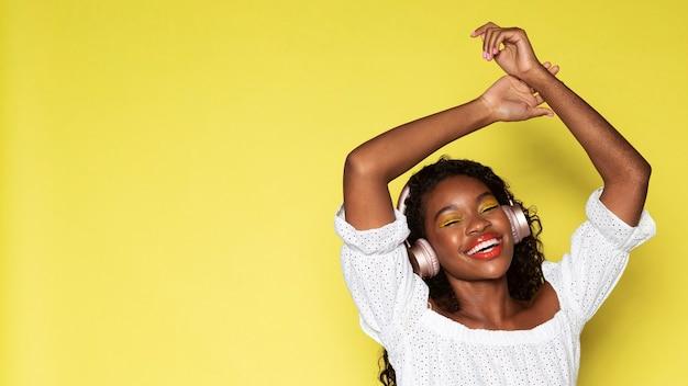 헤드폰을 통해 음악을 듣는 여성