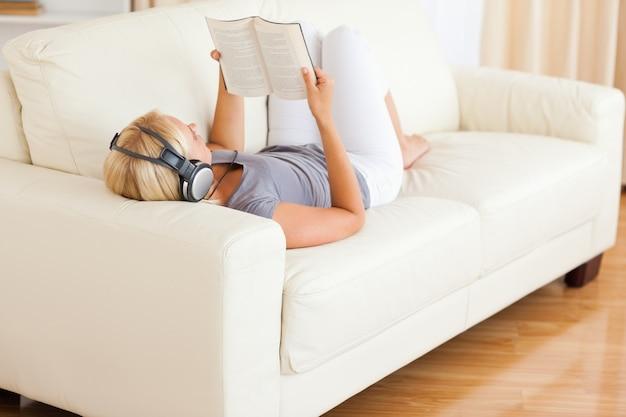 女性は本を読んでいる間音楽を聴く