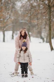 Donna e bambina in un parco Foto Gratuite