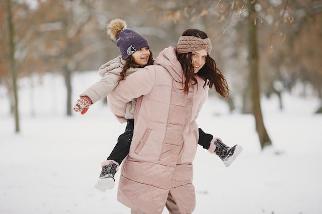 Donna e bambina in un parco
