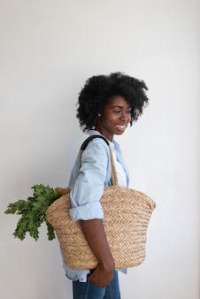 Donna che vive uno stile di vita sostenibile