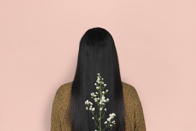 女性の長い髪の背面図花の肖像画の概念
