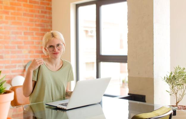 Женщина выглядит высокомерной, успешной, позитивной и гордой, указывая на себя