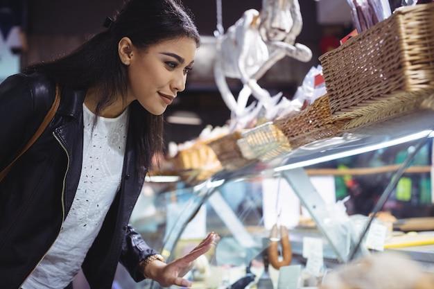Женщина смотрит на дисплей еды