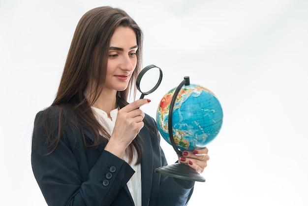 고립 된 돋보기와 세계에서 보는 여자