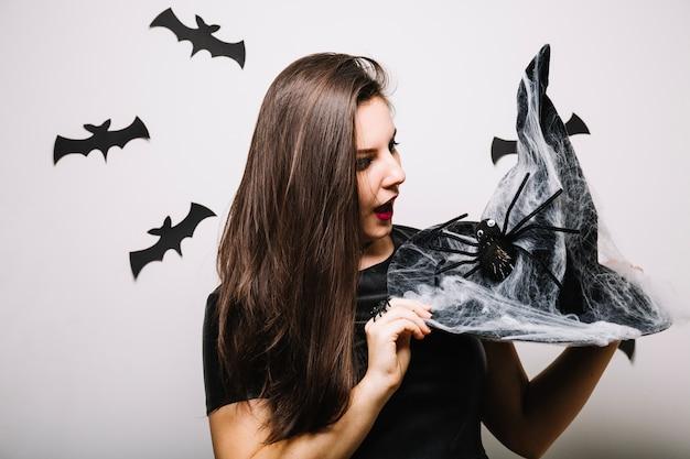 Женщина, глядя на шляпу хэллоуина