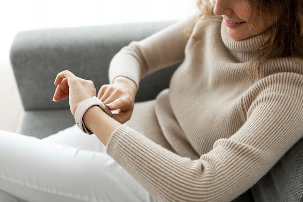 スマートウォッチウェアラブル技術を見ている女性