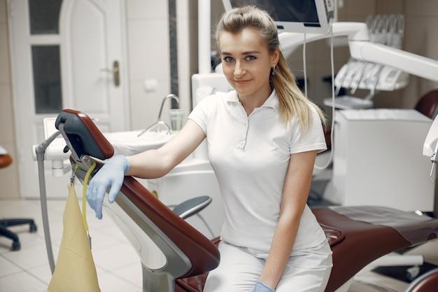카메라를보고하는 여자. 카메라를보고있는 여자. 치과 의사는 환자를 기다리고 있습니다.