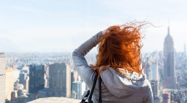 展望台から街並みを見ている女性。
