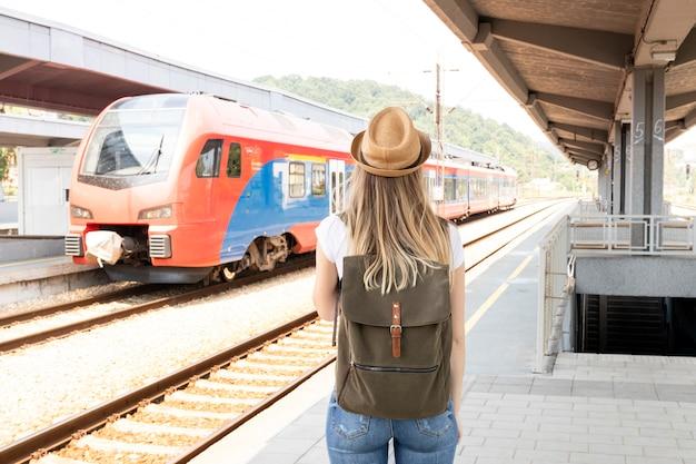 Женщина смотрит на поезд сзади