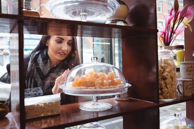 お店でトルコのお菓子を見ている女性