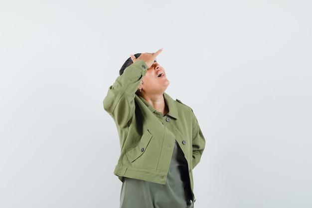 여자 재킷, t- 셔츠에 머리 위로 손으로 멀리보고
