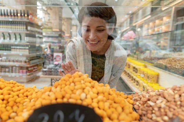 Женщина ищет разные вкусности у местного производителя