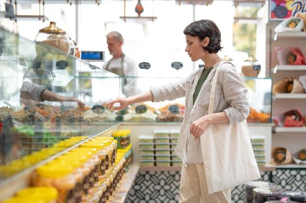 Женщина ищет вкусностей у местного производителя мужского пола