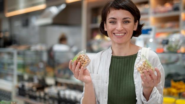 Женщина ищет вкусностей у местного производителя