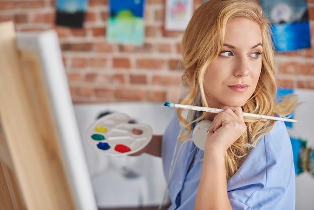 より多くのインスピレーションを探している女性