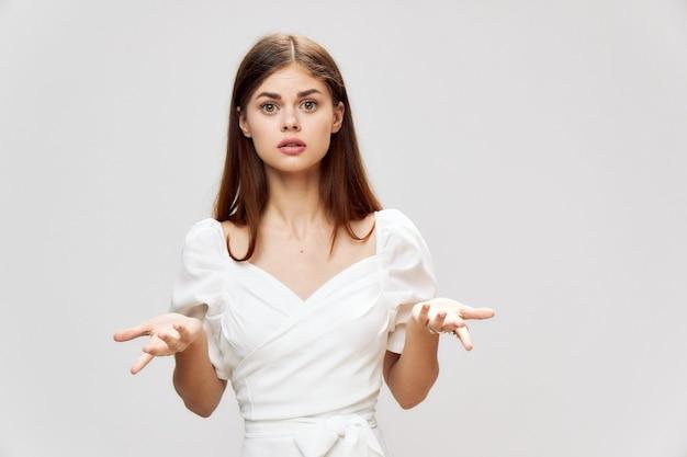白いドレスジェスチャーを楽しみにして女性のトリミングビュー