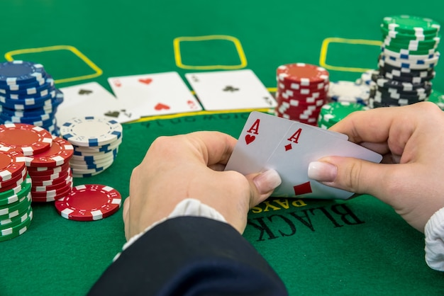 カジノでギャンブルポーカーカードを探している女性