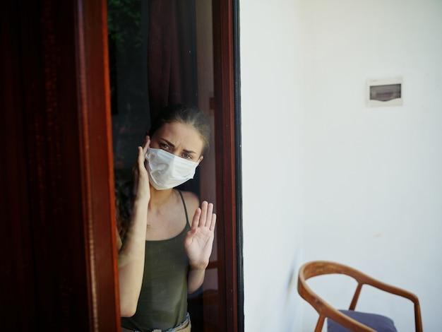 窓の外を見ている女性悲しい表情の封鎖
