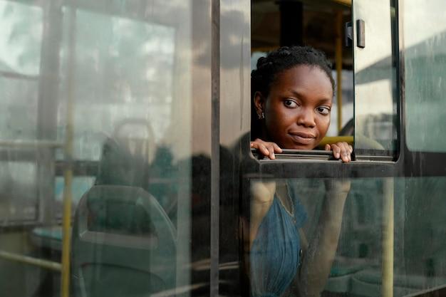 Donna che guarda fuori dalla finestra
