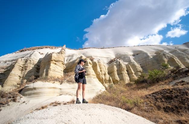 カッパドキアの七面鳥の丘の上に立っている間、横向きの女性