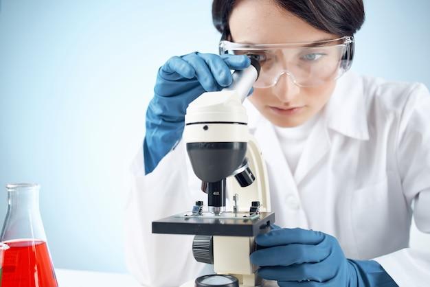 현미경 화학 솔루션 실험실 연구 생명 공학을 통해 보는 여자