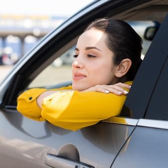 車の窓を探している女性