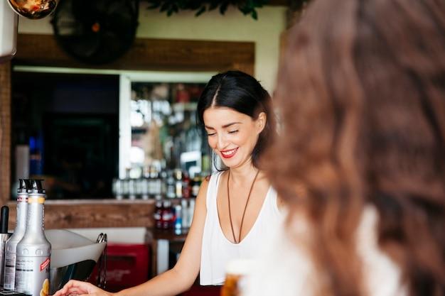 Женщина ищет улыбающегося бармена