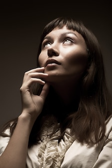 Женщина смотрит в будущее, студия выстрел