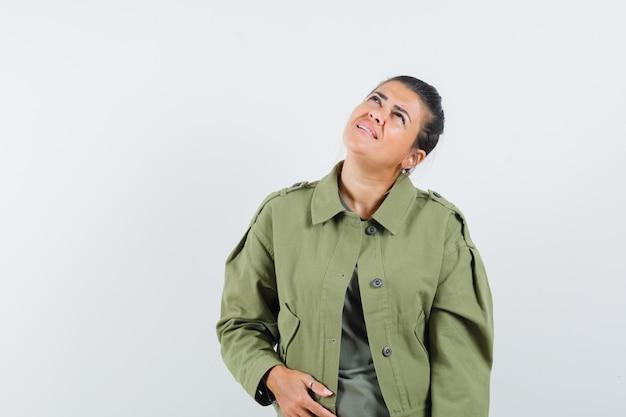 여자 재킷, 티셔츠를 찾고 집중 찾고