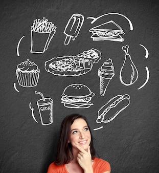 何を食べるか考えて見上げる女性