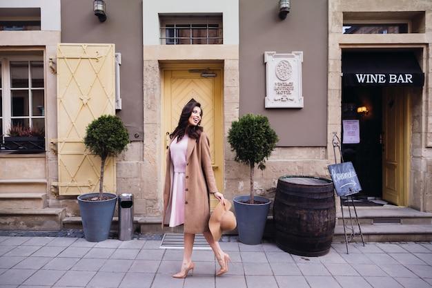 La donna guarda oltre la sua spalla camminando lungo la strada