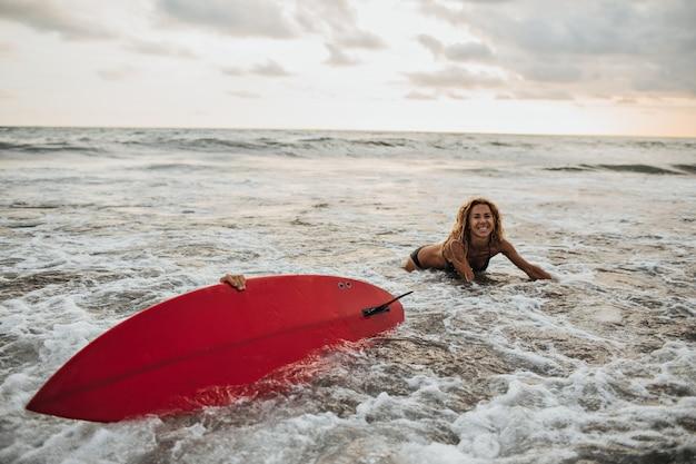 女性はサーフボードを失いました