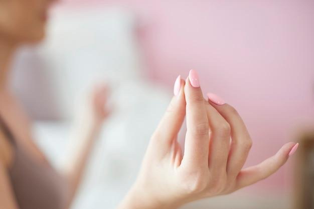 Donna nella posizione del loto che pratica yoga
