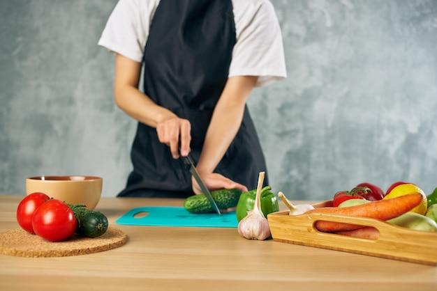 집에서 여자 점심 채식 음식 고립 된 배경