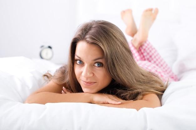 Donna sdraiata sul letto