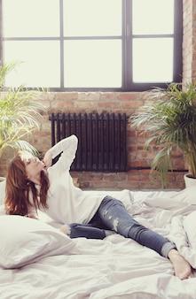 Женщина лежа в кровати