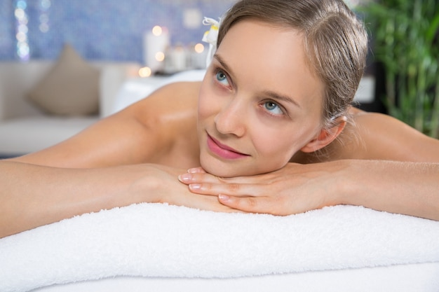 Donna che si trova nella sala massaggi
