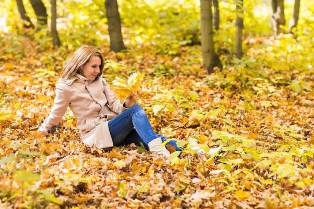 단풍, 야외 초상화에 누워 여자입니다.