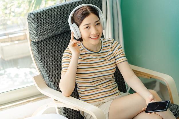 편안한 음악을 들으며 의자에 누워있는 여자