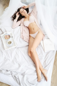 여자가 침대에 누워