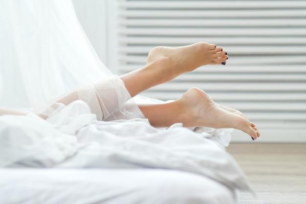 Женщина, лежащая на кровати