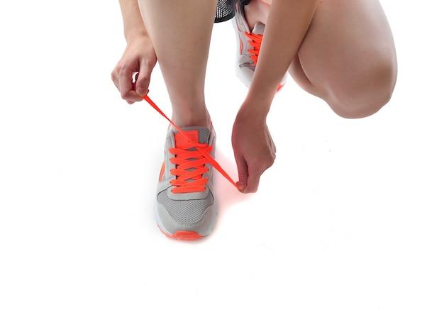 靴ひもを横たわっている女性