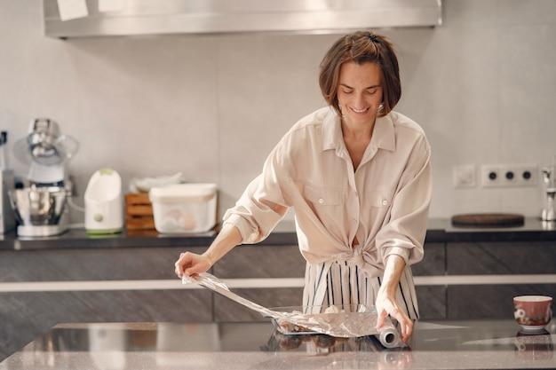 La donna prepara una cena in cucina a casa