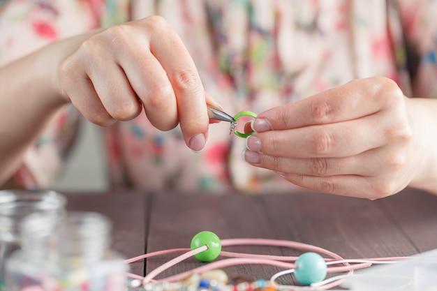 Женщина делает украшения ручной работы